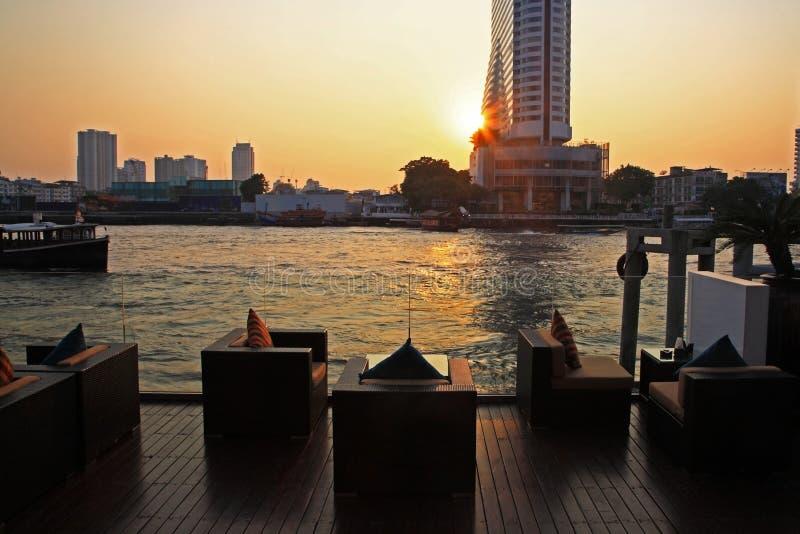 河沿酒吧和餐馆在河,曼谷附近 免版税库存照片