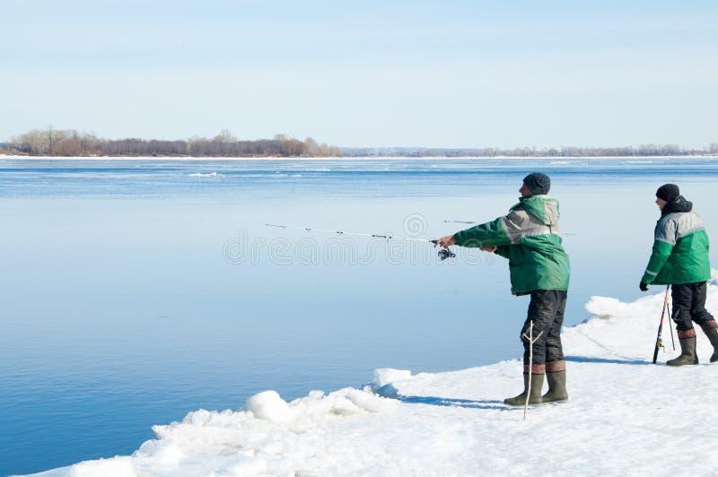 河洪水渔夫 被撕毁的河冰渔夫 有的河 图库摄影