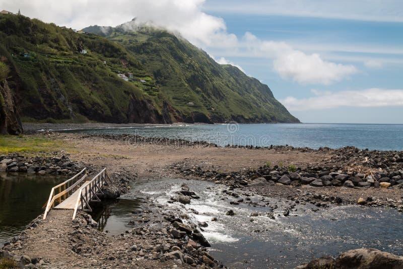 河流动到海洋的,Povoacao,圣地米格尔 免版税库存图片