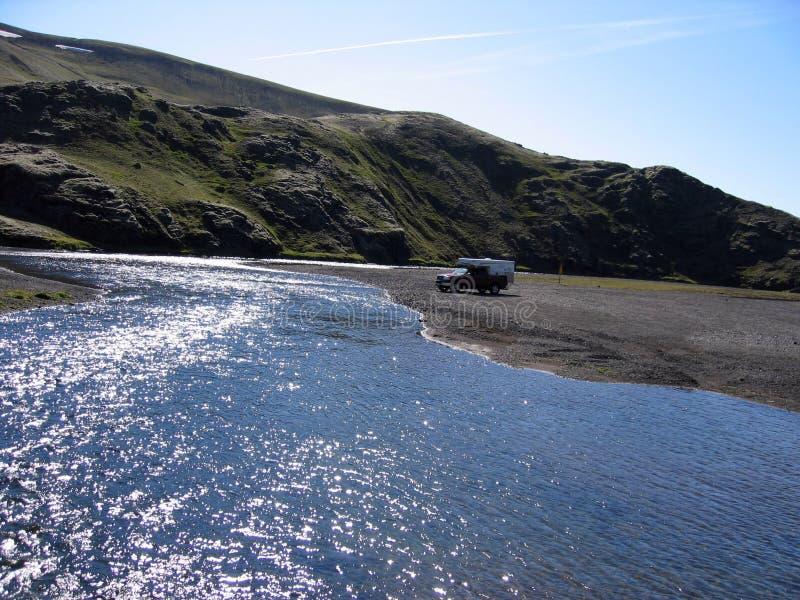 河流经的干燥贫瘠风景,冰岛 免版税图库摄影