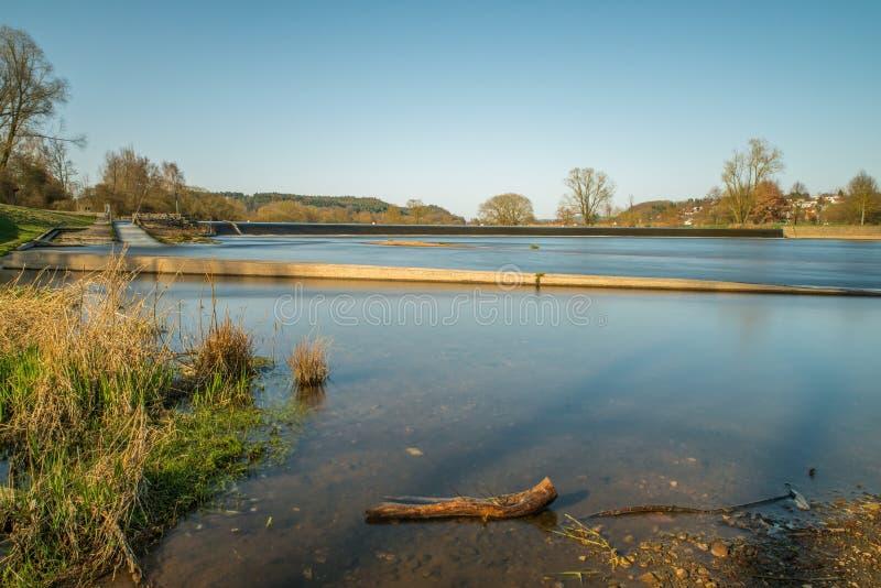 河浴PielmÃ在河Regen的¼ hle在雷根斯堡,巴伐利亚,德国附近的拉佩尔斯多尔夫 免版税库存照片