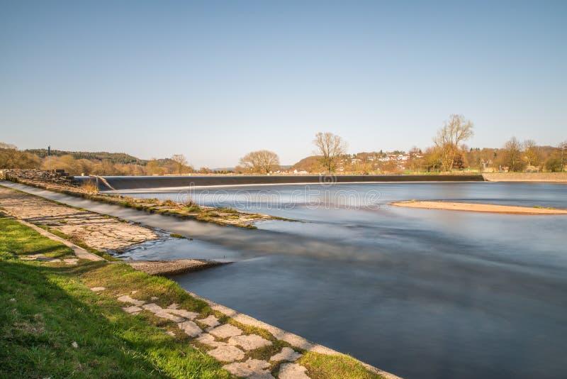 河浴PielmÃ在河Regen的¼ hle在雷根斯堡,巴伐利亚,德国附近的拉佩尔斯多尔夫 库存图片