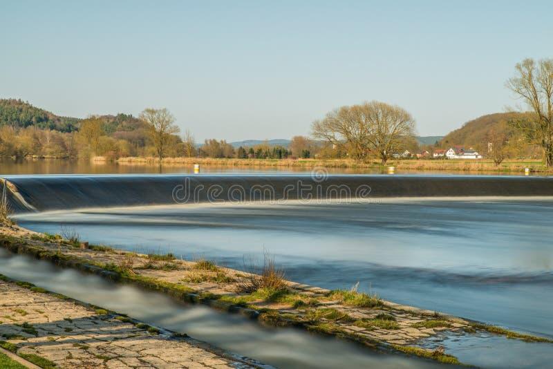 河浴PielmÃ在河Regen的¼ hle在雷根斯堡,巴伐利亚,德国附近的拉佩尔斯多尔夫 图库摄影