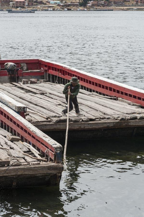 河渡轮的未认出的土产人在的喀喀湖岸Tiquina海峡的在玻利维亚 免版税库存照片