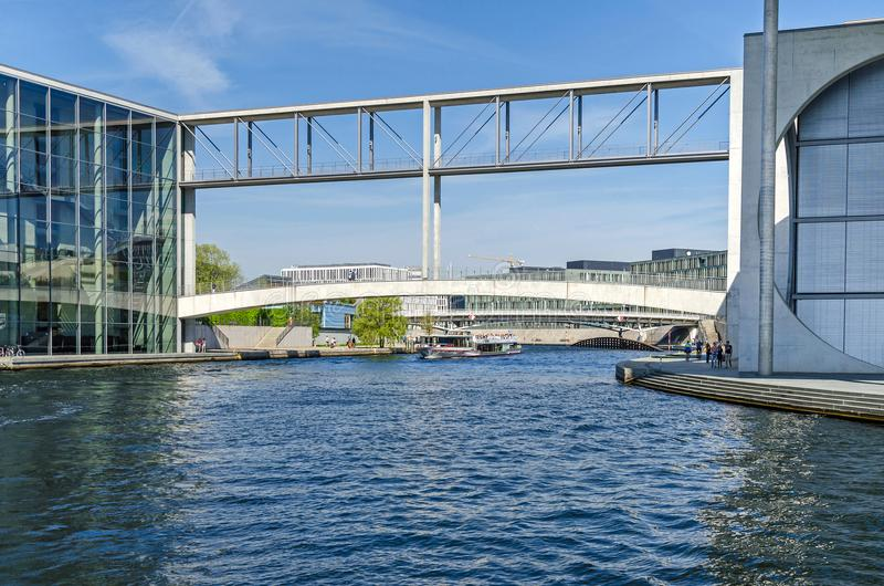 河狂欢和人行桥联络保罗L的Mierscheid-Steg 免版税库存照片