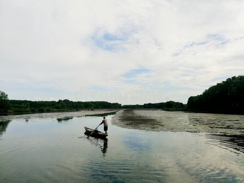 河的一个人 库存图片