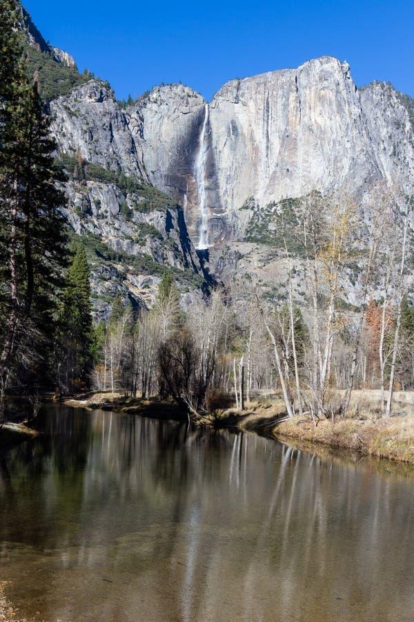从河的上部优胜美地瀑布 免版税图库摄影