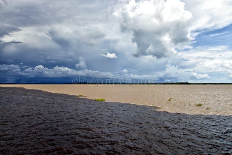 河的会议在亚马逊巴西在一雷暴天 库存图片
