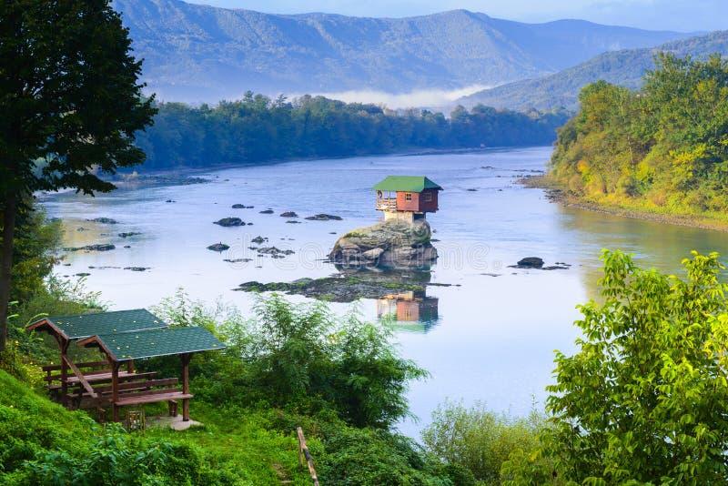 河的德里纳河偏僻的房子在巴伊纳巴什塔,塞尔维亚 免版税图库摄影