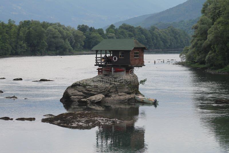 河的德里纳河在巴伊纳巴什塔,塞尔维亚偏僻的房子 客舱,森林 免版税库存照片