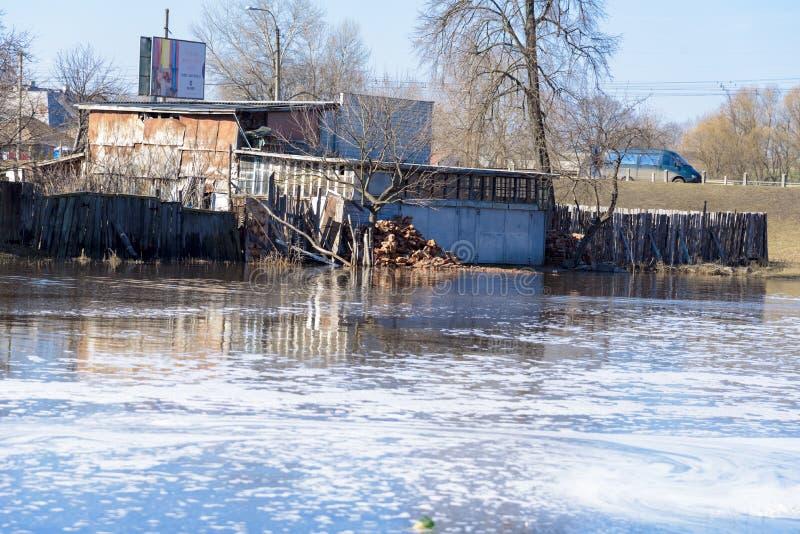 河的春天溢出在切尔尼戈夫,乌克兰  2018年4月, 库存图片