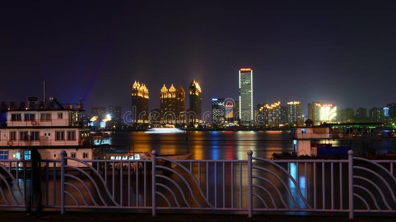 河的晚上视图 库存图片
