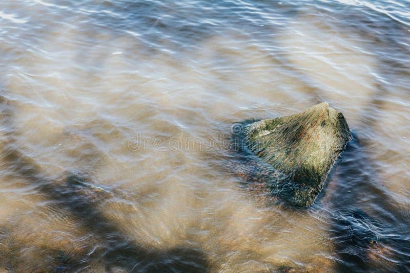河的水,浅水区,阳光,石头 免版税库存照片
