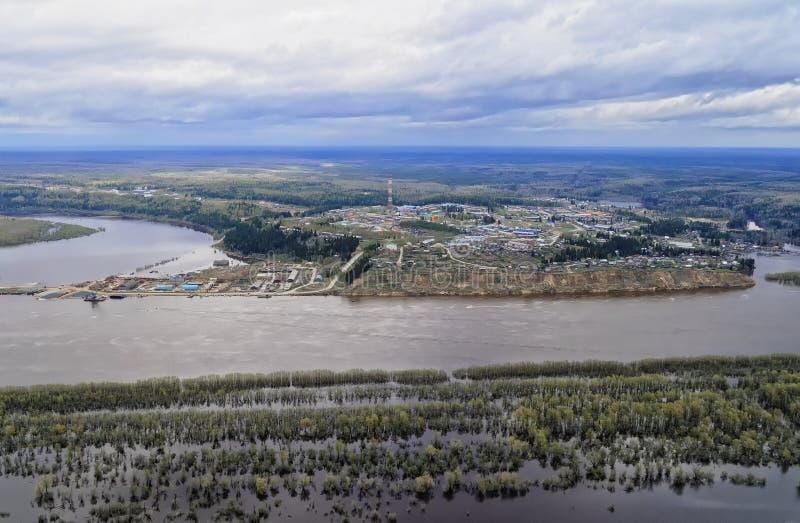 河的河岸的西伯利亚村庄春天洪水的 免版税库存图片
