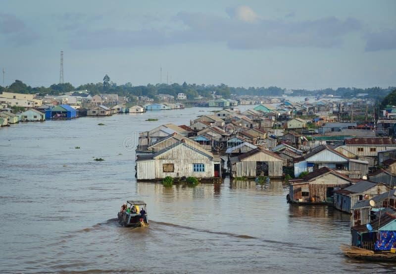 河的浮动房子在An Giang,越南 库存图片