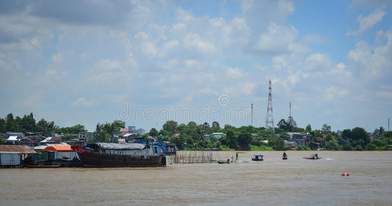 河的浮动房子在An Giang,越南 免版税库存图片