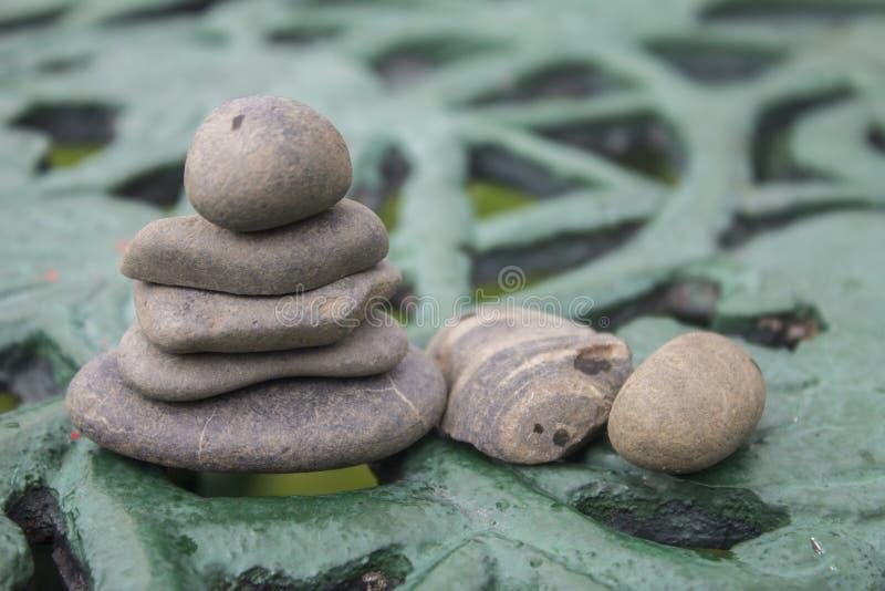 河的灰色岩石 图库摄影