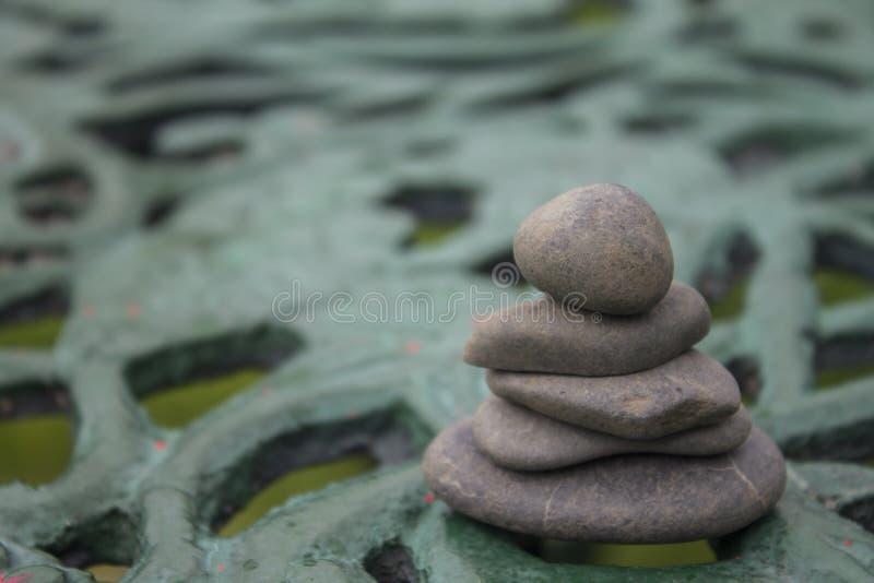 河的灰色岩石 库存图片