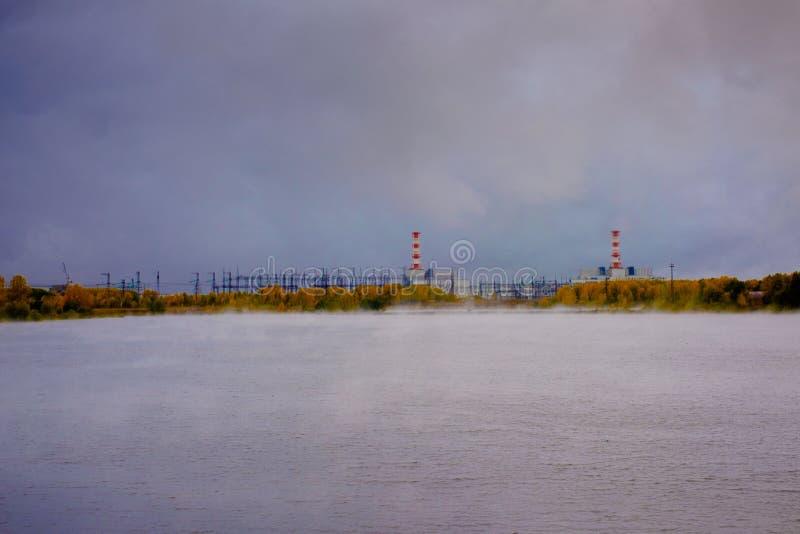 河的看法在核电站附近的 库存照片