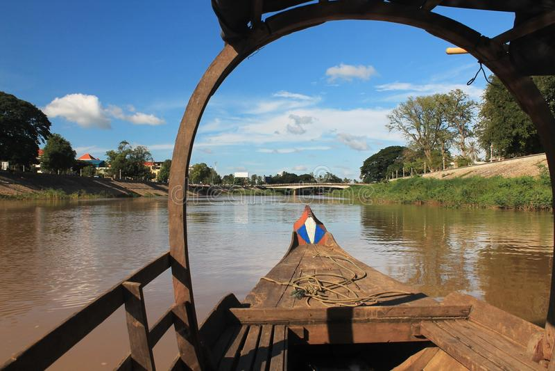 河的看法从一条柬埔寨小船的弓的 免版税库存图片
