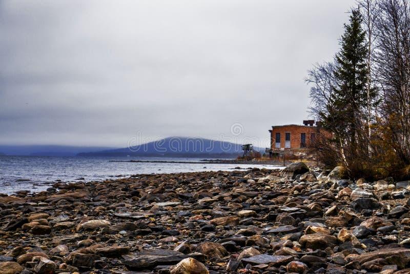 河的石河岸 库存图片
