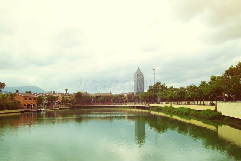 从河的老都市风景 免版税图库摄影