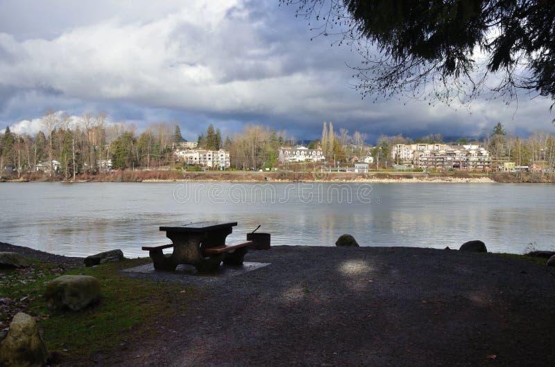 河的野餐站点 免版税库存图片