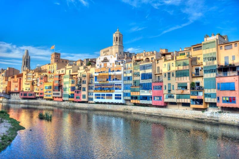 河的Onyar,希罗纳五颜六色的房子 卡塔龙尼亚,西班牙 库存照片
