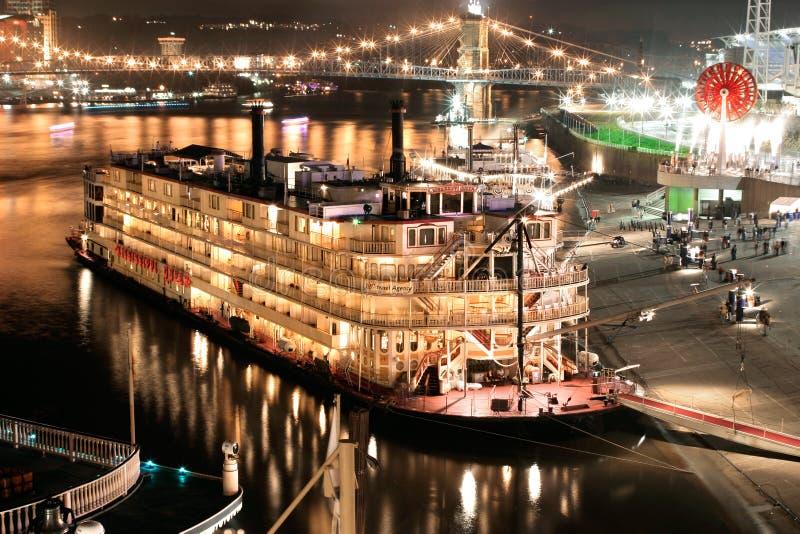 河船在晚上 库存图片