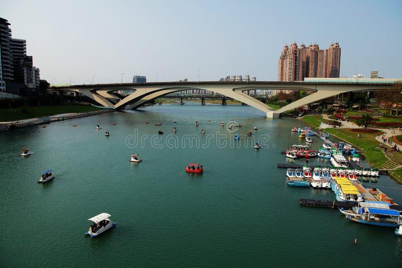 河视图和地平线在下午 免版税库存照片