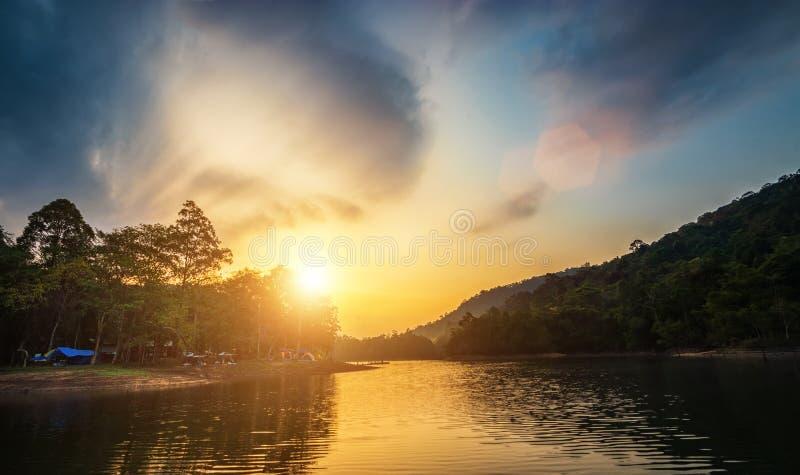 河视图风景在与许多的日出时间在露营地的五颜六色的野营的帐篷 库存照片