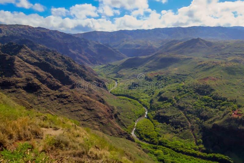 河赛跑通过绿色山谷和山风景,Waimea峡谷国家公园,考艾岛,夏威夷,美国 免版税库存图片