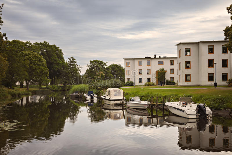 河边区公寓和小船 免版税库存图片