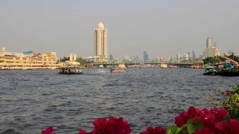 河边和城市视图以烟雾 曼谷大都会 库存图片