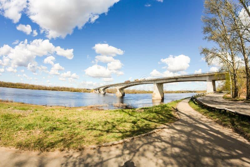 河边桥上的交通 免版税库存照片