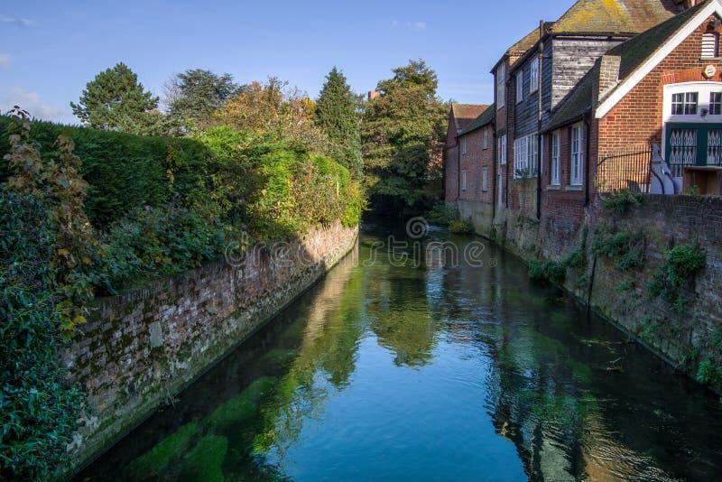 河通过在房子附近的伟大的Stour风景视图  绿色树在背景中 免版税库存图片