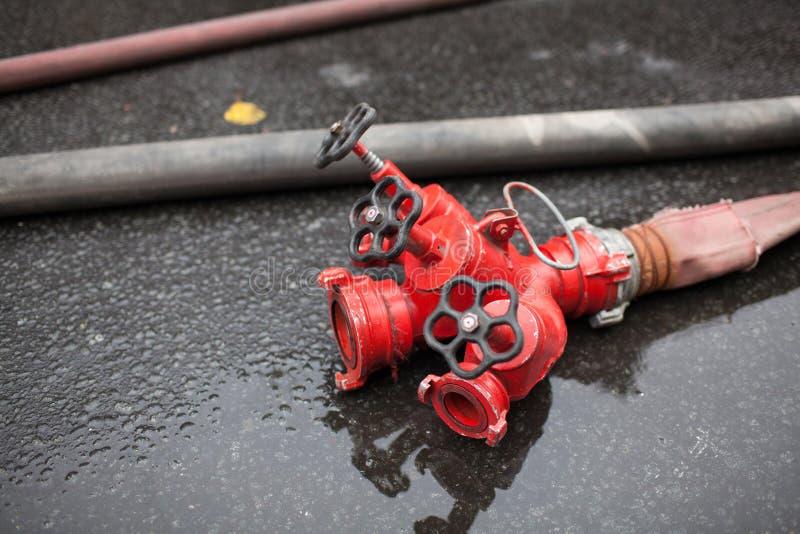 河道灭火器红色立即可用在室外 免版税库存图片