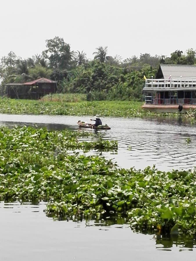 河风景在有妇女划船的泰国 图库摄影