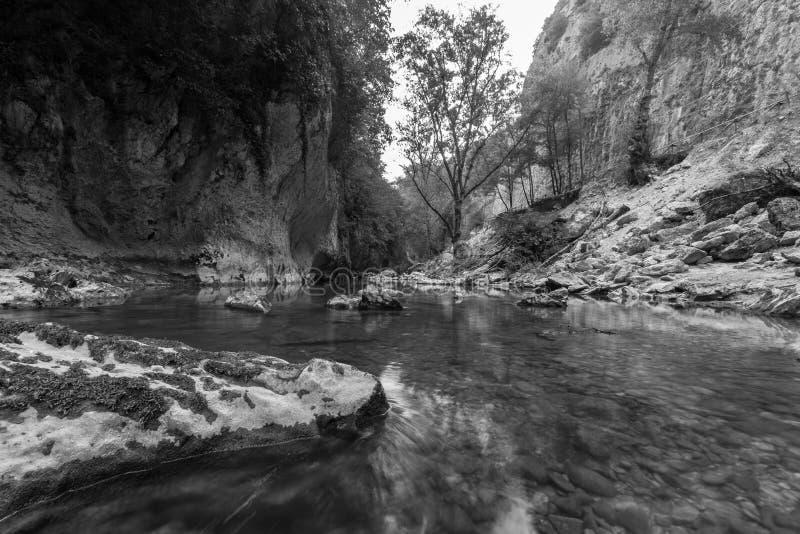河风景在Genga,在Frasassi附近陷下 免版税库存图片