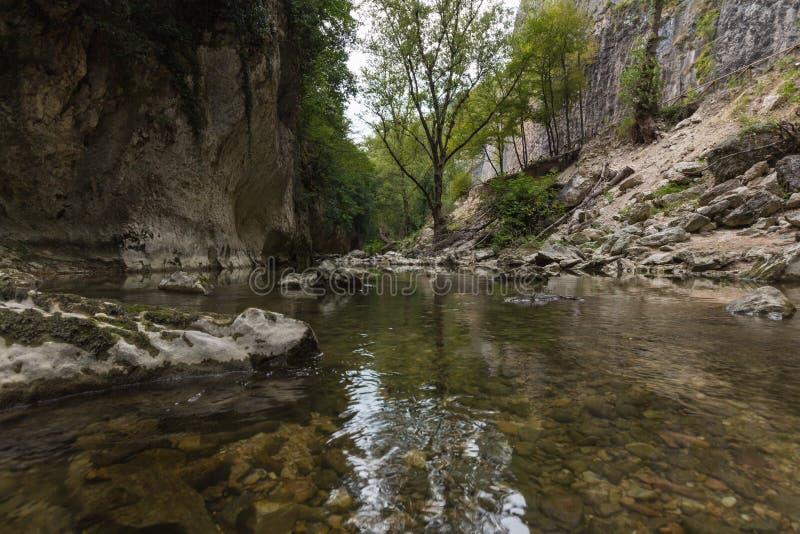 河风景在Genga,在Frasassi附近陷下 库存照片