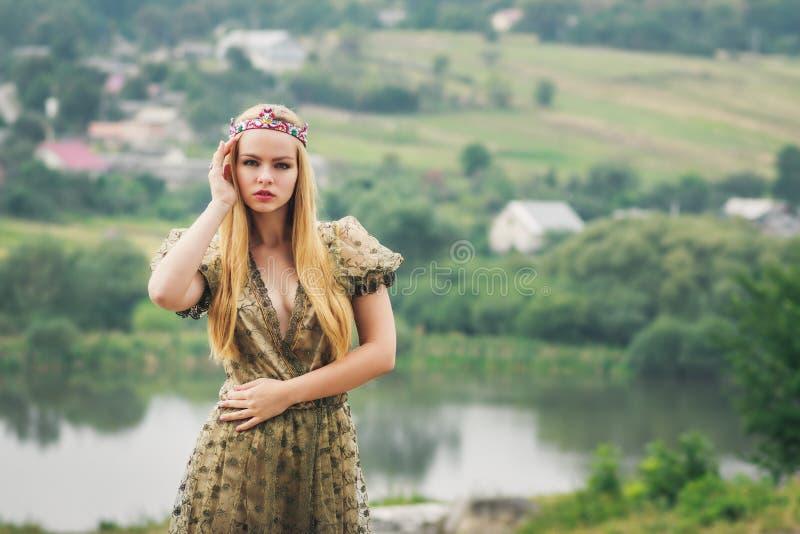 河风景背景的年轻女王/王后 库存图片