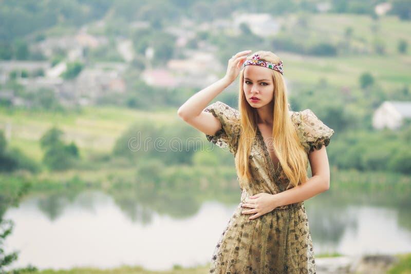 河风景背景的年轻女王/王后 免版税图库摄影