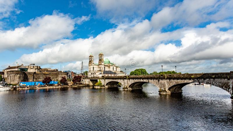 河香农,桥梁,Ss教区教堂的美丽的景色  彼得和保罗和城堡在阿斯龙村庄  免版税库存图片