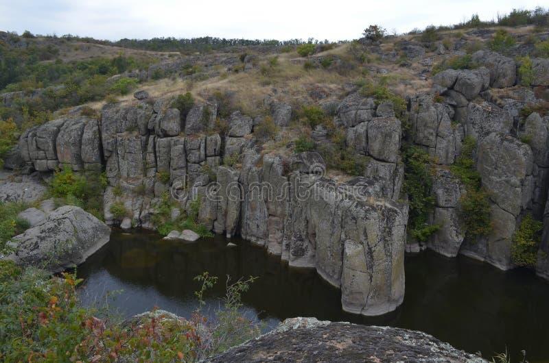 河高岩石围拢的Mertvovov 免版税库存照片