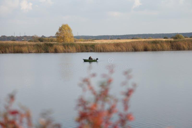 河,小船,渔,秋天 免版税库存照片