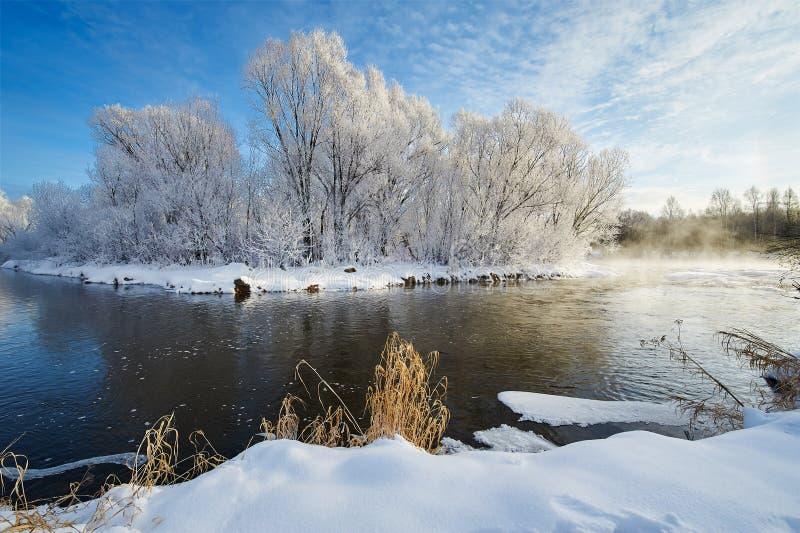 河水和软的霜和雪 库存照片