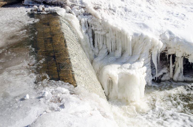 河水小瀑布瀑布秋天冰雪冬天 免版税图库摄影
