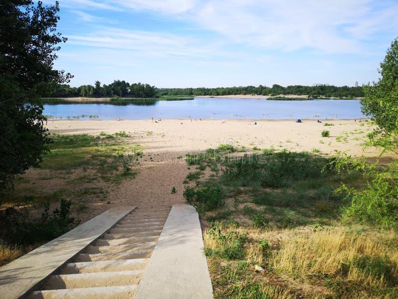 河Akhtuba的美丽的景色海滩的 库存照片