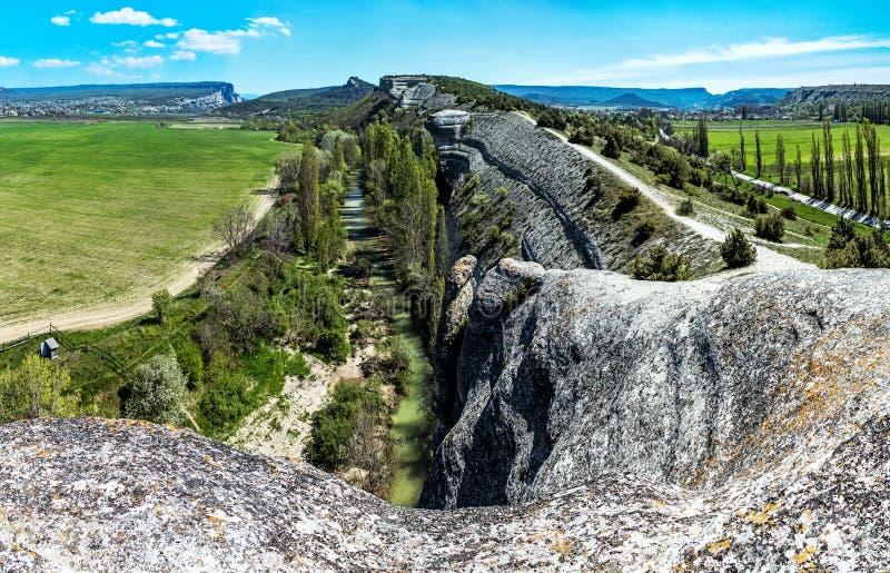 河Belbek的看法从岩石鳄鱼的 免版税库存照片