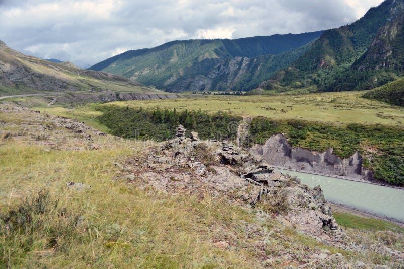河Chuya,阿尔泰山,西伯利亚, R的绿松石水 免版税库存照片